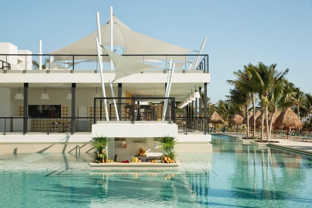 mdm-00-17cunpl515-finest-024-swim-up-bar-main-pool_x